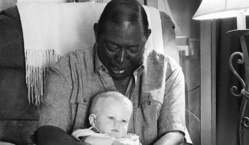 Der Nachbar möchte das Baby halten – der Vater nimmt ein Foto auf und enthüllt, wer der Mann wirklich ist