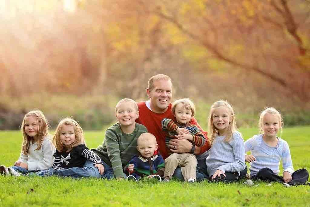 Der Feuerwehrmann zieht 7 Kinder – ein Krebskrankes – alleine groß, nun kommen Fremde zur Hilfe