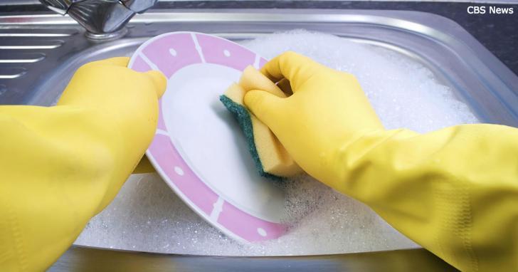 Es gibt einen wichtigen Grund, warum man im Hause von anderen kein Geschirr spülen darf.