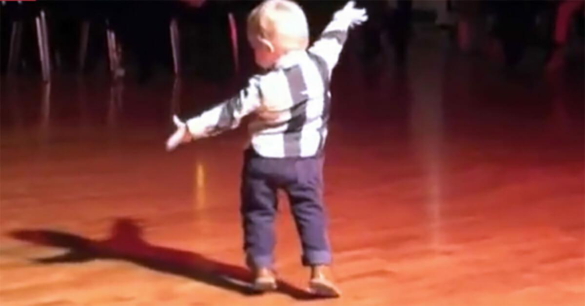 Baby hört seinen Lieblings-Hit von Elvis auf einer Party – seine Bewegungen sind verblüffend