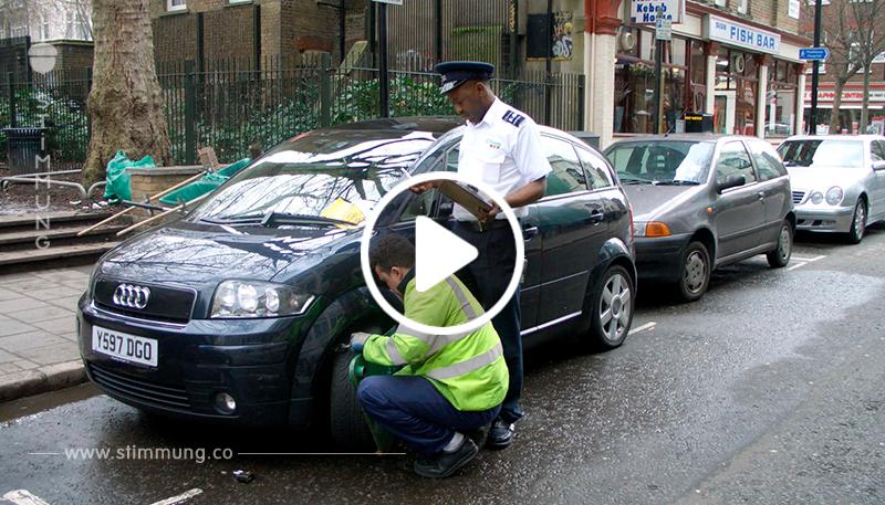 Lustig: Parkwächter entdeckt falsch geparktes Auto mit Zettel an der Windschutzscheibe