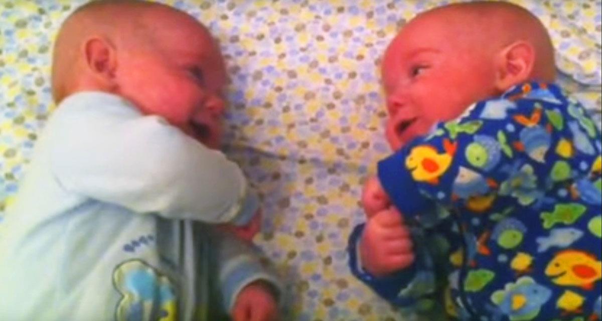 Die Mutter legte die Zwillinge nebeneinander. Was die Kinder taten, ließ sie die Kamera anmachen!