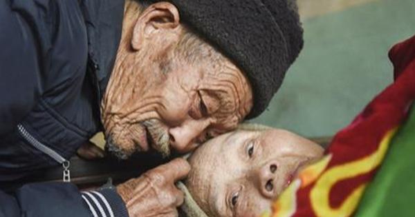 Der Mann hat ihrer Frau versprochen, dass er sich immer um sie kümmert und hält sein Wort für 56 Jahre !