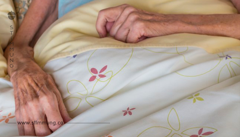 Eine Frau stirbt im Pflegeheim – als die Pflegerin ihre Notiz findet, weint die Welt um sie!