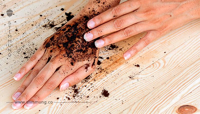 Sie reibt ihre Hände mit Kaffeesatz ein. Der Grund ist grandios!