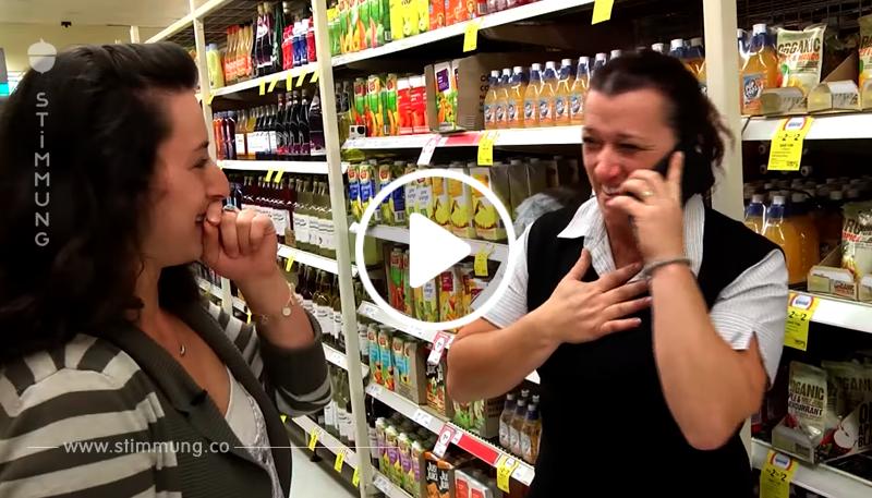Kassiererin sieht einen herumschleichenden Kunden – als sie erkennt, wer dies ist, bricht sie in Tränen aus