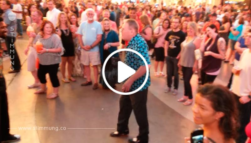 Der 50 Jährige wird zu einem Tanzduell von Jüngeren herausgefordert – doch das bereuen sie schnell