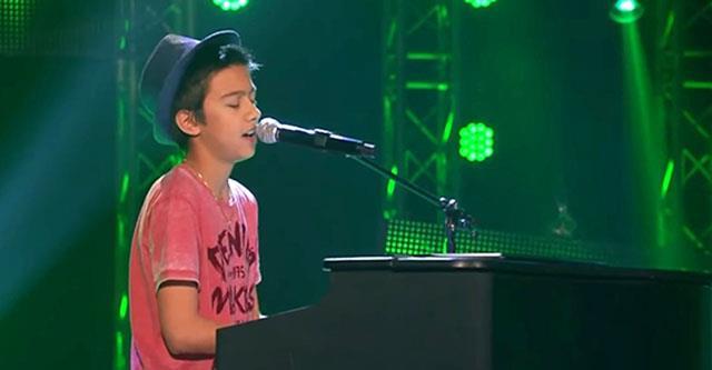 Der Junge trat bescheiden auf die Bühne und setzte sich ans Klavier. Aber als er sang, konnteniemand kaum seinen Augen und Ohren glauben! Unglaublich schön!