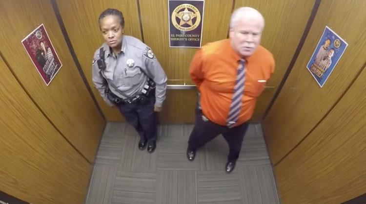 Sie betraten den Aufzug, was die versteckte Kamera nahm, das Netzwerk explodierte!