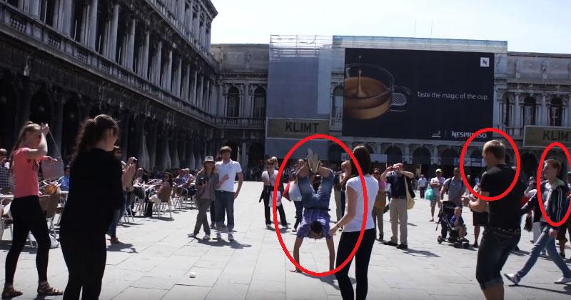 Die Touristen tanzten so schön, dass alle Passanten mit Neugier um sie versammelt haben.