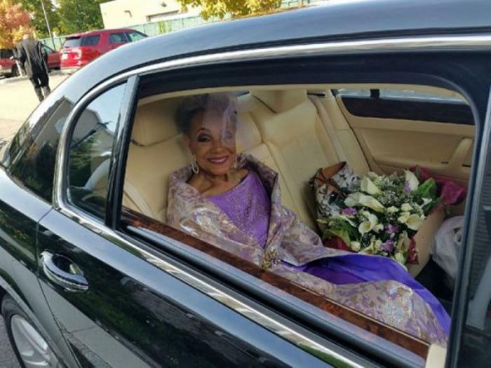 Die 86-jährige Braut überraschte das Netz. Ihr Outfit wird von allen diskutiert! Großartig!