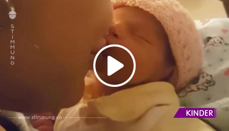 Mama küsste das Baby, seine Reaktion ist etwas Süßes