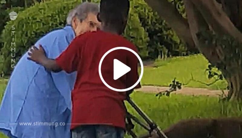 Junge hilft alter Dame – Sekunden später geschieht etwas, das sich jetzt im Netz verbreitet