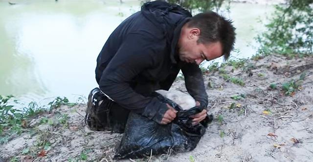 Der Mann hat diese Müllsäcke am Flussufer gefunden. Was war drin? Die Wörter haben keine Kraft, es darzustellen