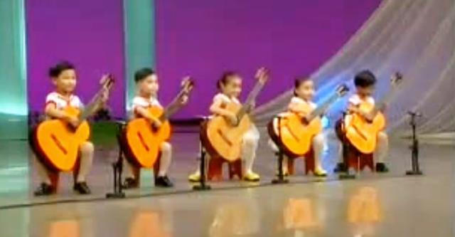 Diese Kinder schaffen ein echtes Wunder mit einer Gitarre. Es ist ganz sicher zu sehen, dass sie junge Talente sind!