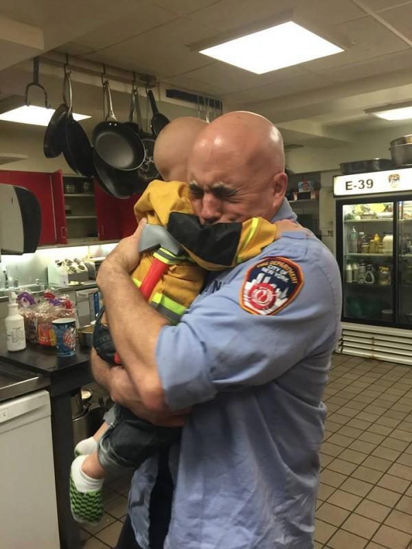 Ein dreijähriges Kind umarmte einen Mann und es veränderte sein Leben!