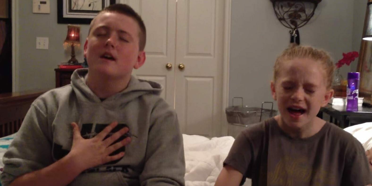 Geschwister singen herzzerreißendes Duett – seht, wer sich heimlich hinter sie schleicht