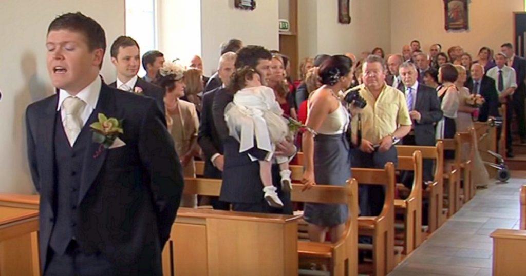 Der Bräutigam erwartet die Braut am Altar – er rührt die Gäste zu Tränen, als er plötzlich zu singen beginnt