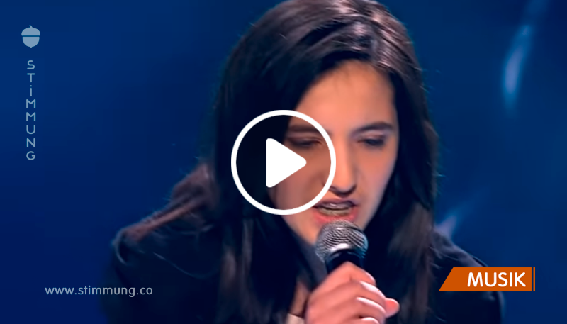 Dieses Mädchen hat eine unglaubliche Stimme! Sie gewann die Aufmerksamkeit aller Mitglieder der Jury und des Publikums! Fantastisch!