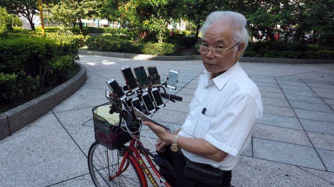 Ein Mann aus Taiwan hat sein Fahrrad mit 11 Handys eingerichtet, um Pokemon Go zu spielen