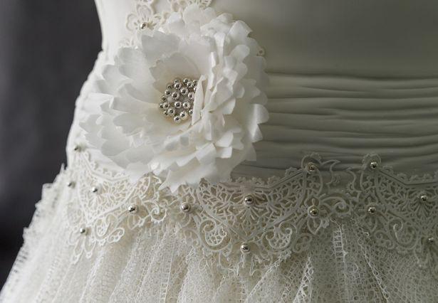 Dieses elegante Hochzeitskleid wollte niemand tragen. Haben Sie bemerkt warum?