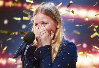 Ein schüchternes Mädchen kam auf die Bühne. Ein paar Sekunden später applaudierten die Zuschauer im Stehen!