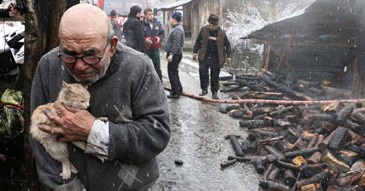 83 Jähriger verliert gesamtes Hab und Gut bei Explosion – bis etwas aus den Flammen kroch