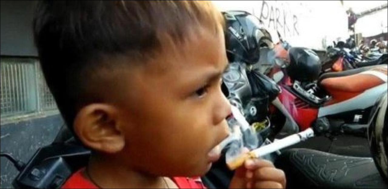 Zweijähriger raucht 40 Zigaretten pro Tag