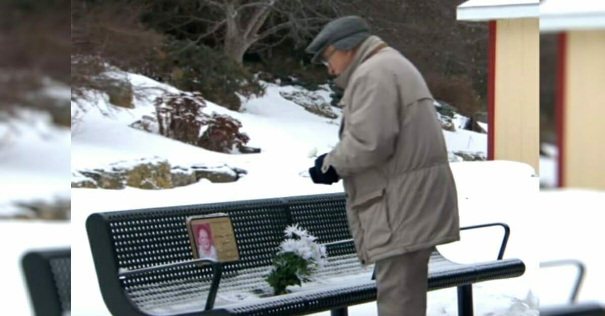 Witwer bringt 5 Jahre lang seiner Frau täglich Blumen – eine Entdeckung erschüttert ihn