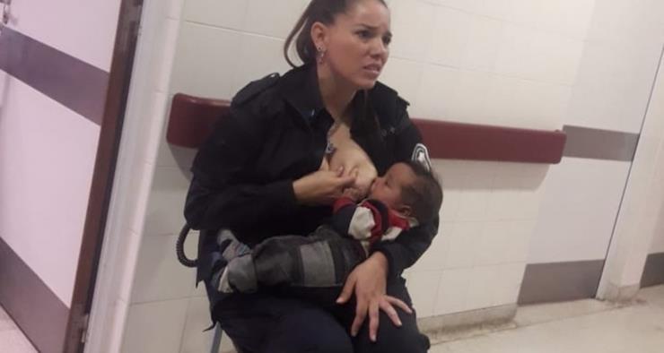 Polizistin sieht ein hungriges und verlassenes Baby - sie reagiert schnell und stillt es