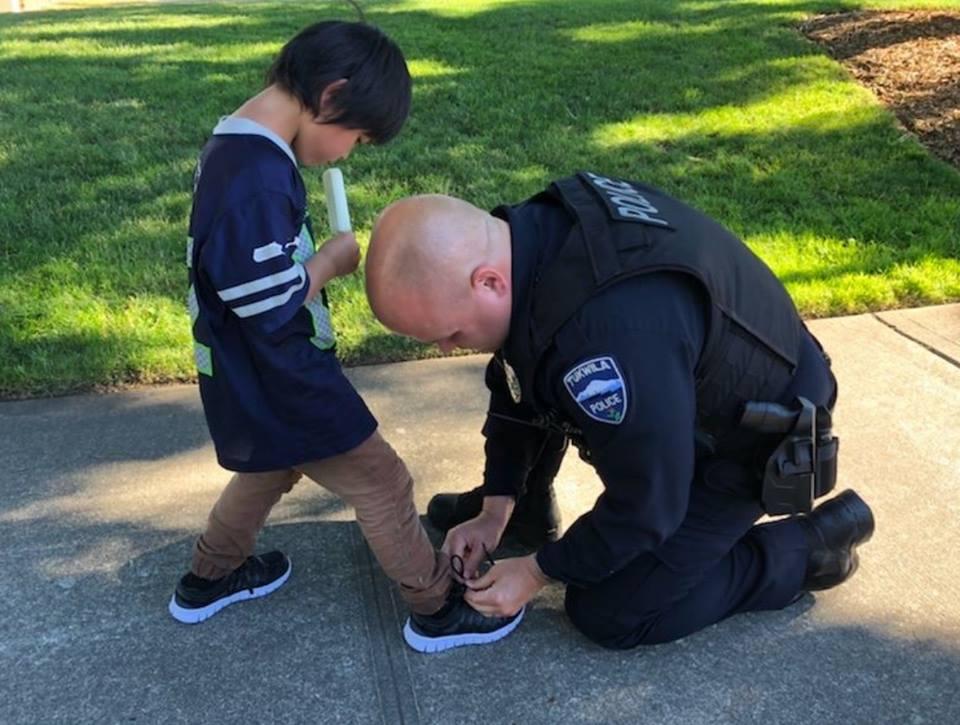 Der Polizist kaufte neue Schuhe für das Kind, das nur Socken mit Blutflecken auf der Straße trug ...