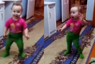 Der Tanz dieses kleinen Mädchens hat das Publikum beeindruckt. Es ist etwas!