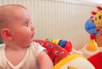 Die Mütter zeigen den Kindern ein neues Spielzeug, ihre Reaktion ist ETWAS!