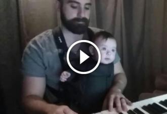 Vater setzte sich mit seinem Sohn ans Klavier. Was als nächstes passierte - eroberte das Internet!