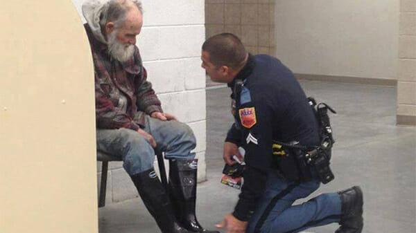 Was dieser Polizist getan hat, hat viele Menschen zu Tränen gebracht ... Gut gemacht!