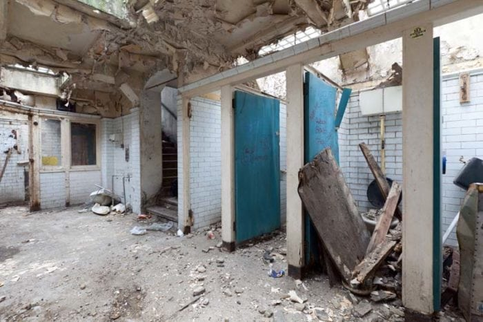 Eine Frau kaufte eine verlassene öffentliche Toilette und baute sie in ein schickes Haus um!