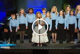 13 Kinder standen nebeneinander, um das Publikum zu überraschen. Und jetzt die Aufmerksamkeit auf das Mädchen in weiß ...