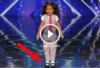 Diesess 5-jährige Kind gewann die Aufmerksamkeit der Zuschauer mit ihrer zauberhaften Stimme. Aber alle Aufmerksamkeit auf ihre Füße!