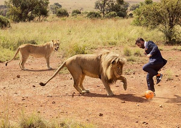 Dieser Mann spielt gerne Fußball mit Freunden und seine Freunde sind Löwen.