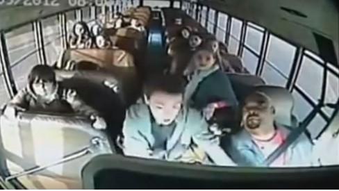 Der Fahrer verlor das Bewusstsein, während er den Schulbus fuhr. Diese 2 Schüler haben alle gerettet!