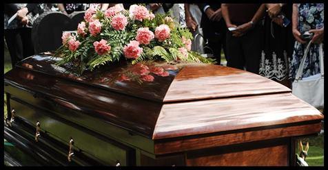 Nach 77 Jahren Ehe wurde dieses ältere Paar im selben Sarg begraben