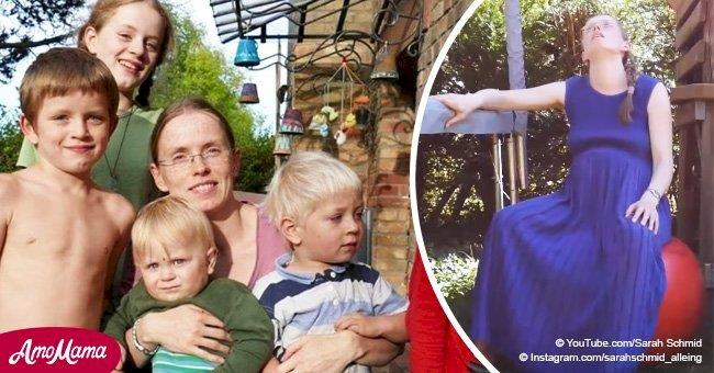 Eine Frau filmte, wie sie in dem Garten vor ihren Kindern gebärt