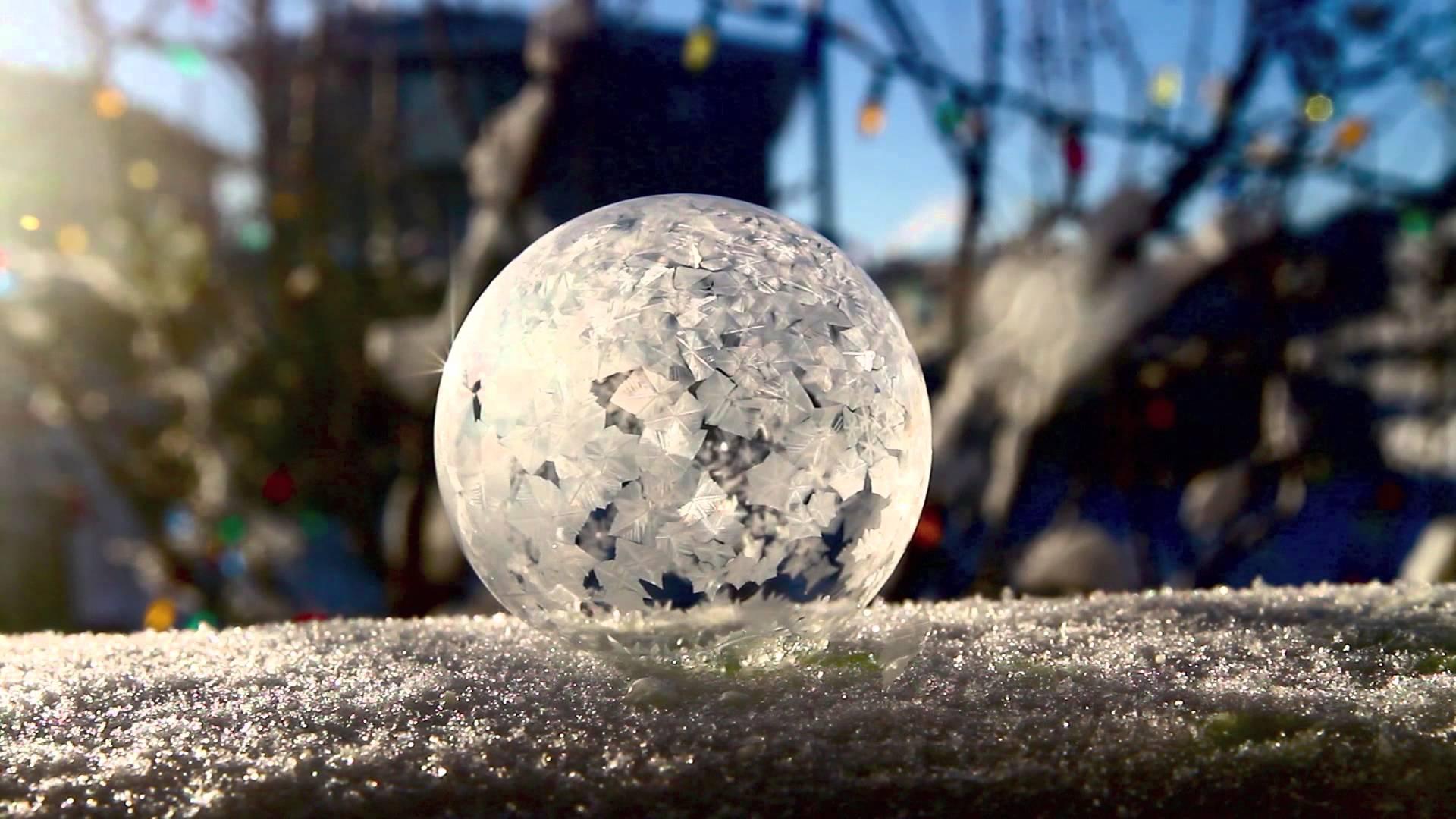 Die Seifenblase ist in Bedingung von der schweren Kälte gefriert