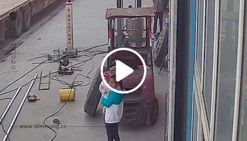 Ein Reifen explodiert, und das Baby fliegt aus den Händen der Mutter: Die Kamera zeigt den schrecklichen Vorfall