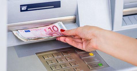 Geld abheben kostet: Diese Banken führen eine Gebühr ein