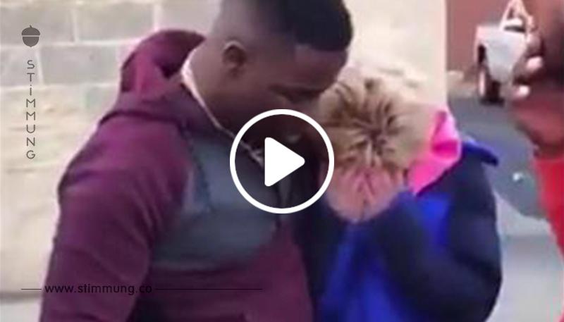 Ein Mann sieht eine Witwe, die für Benzin mit Ein Cent Stücken bezahlt und beschließt, die Rechnung für sie zu bezahlen