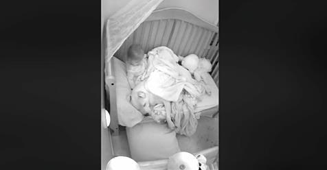 Aus Angst vor Erdbeben holt Mädchen Pitbull ins Bett – die Aufnahmen gehen um die Welt