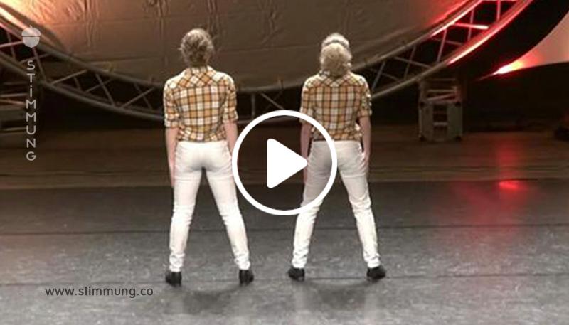 Zwei Mädchen stehen mit dem Rücken zum Publikum – als die Musik ertönt, traut die Jury ihren Augen nicht