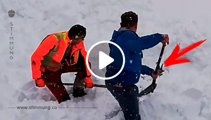 Zwei Bahnarbeiter entdecken etwas, das im Schnee vergraben ist und springen vom Zug, um ein Leben zu retten.