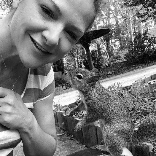 eichhörnchen klopft täglich bei familie an fenster 8